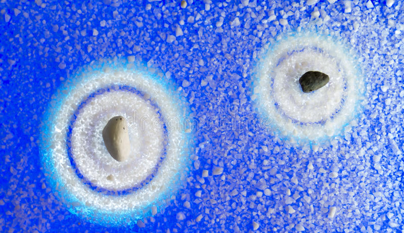 Zen del fondo a partir de dos piedras en tonos azules en el san original imagenes de archivo