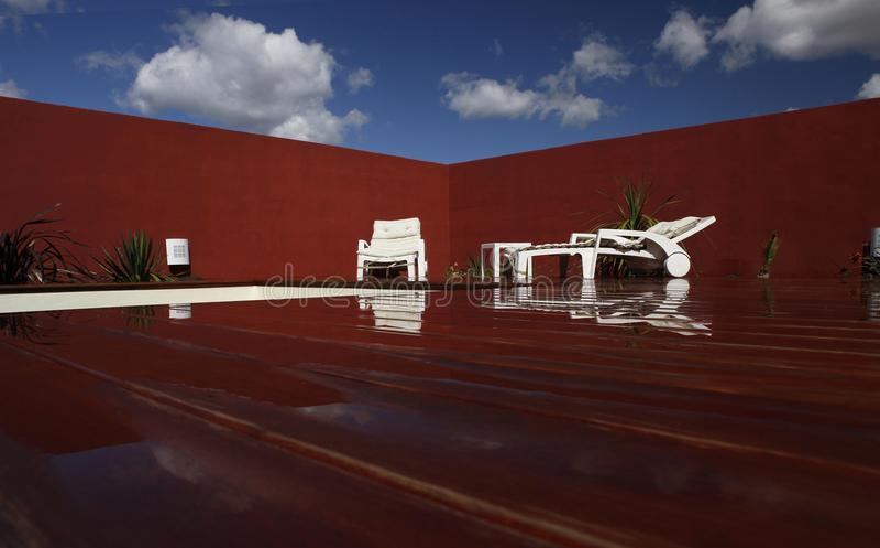 Zen en el borde de la piscina imágenes de archivo libres de regalías