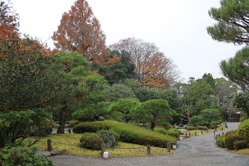 Zen Garden mit Teich, Felsen, Kies und Moos stockfotos