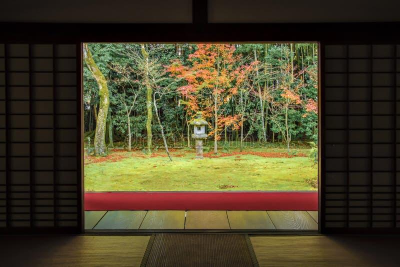 Zen Garden Style med röd matta i färgglade Autumn Momiji på den Daitokuji templet, Kyoto royaltyfria bilder