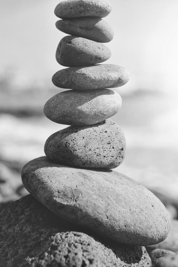 zen Harmonie de l'âme et de la nature Pierres ou cailloux gris empilés en pyramide image libre de droits