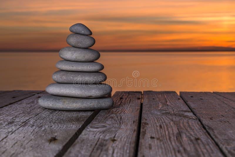 Zen kamienie na drewnianej powierzchni obraz royalty free