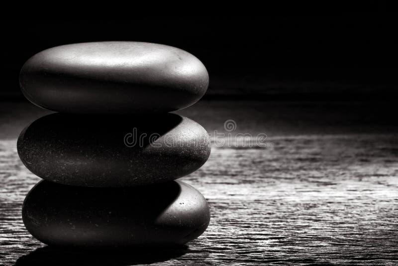 Zen Massage Stones Cairn lucidato su legno d'annata fotografie stock libere da diritti