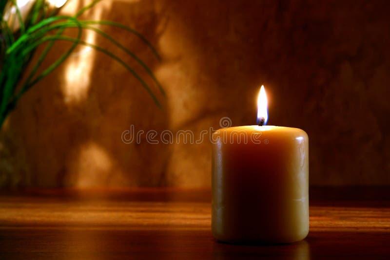 Zen Meditaion Kerze, die in der frommen Einstellung brennt lizenzfreies stockfoto