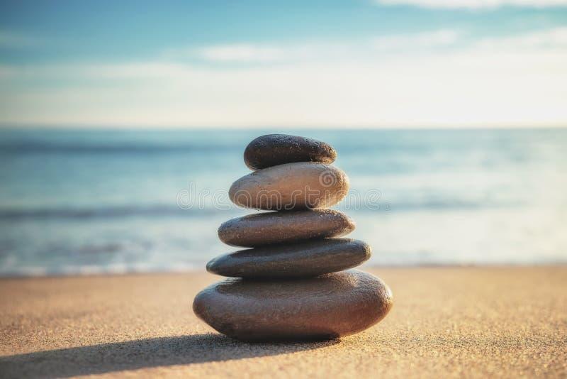 Zen Meditation Equilibrio delle pietre sulla spiaggia, colpo di alba fotografia stock libera da diritti