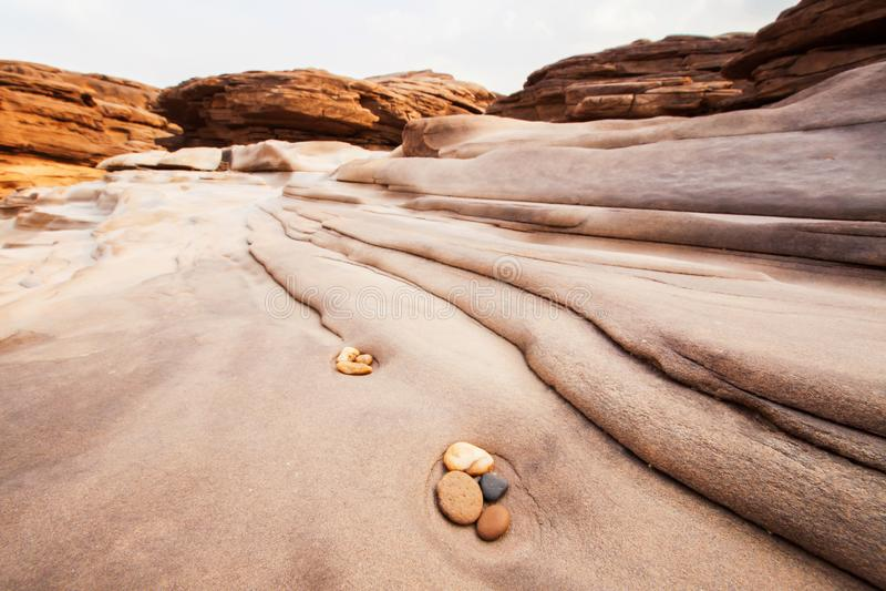 Zen medytacja w naturze, pięknych otoczakach i liniach w, piaskowu, równowadze i harmonii, obrazy stock