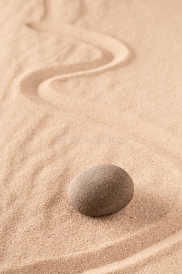 Zen medytacji piaska kamienny Japoński ogród dla ostrości i koncentracji na równowadze i duchowości zdjęcia royalty free