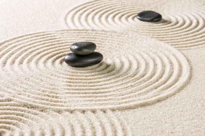 zen ogród z czarnymi otoczakami obraz royalty free