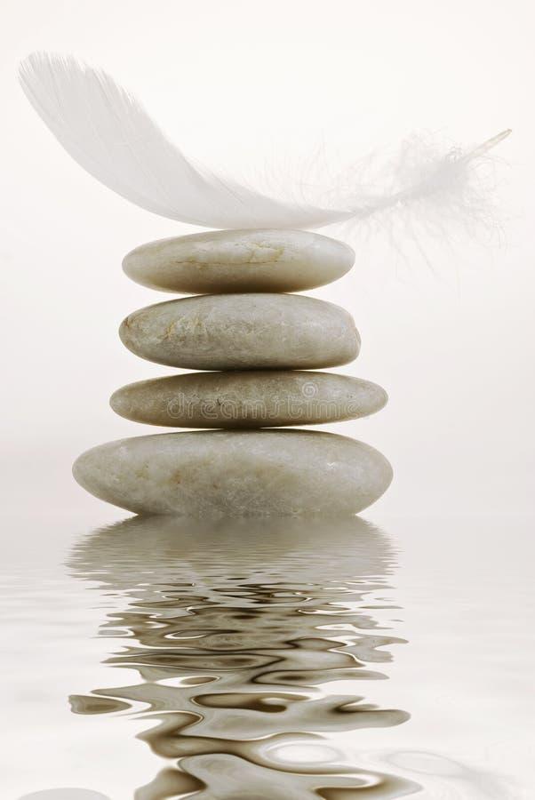 Zen ogród z kamiennym ostrosłupem odbijał w jasnej wodzie obrazy stock