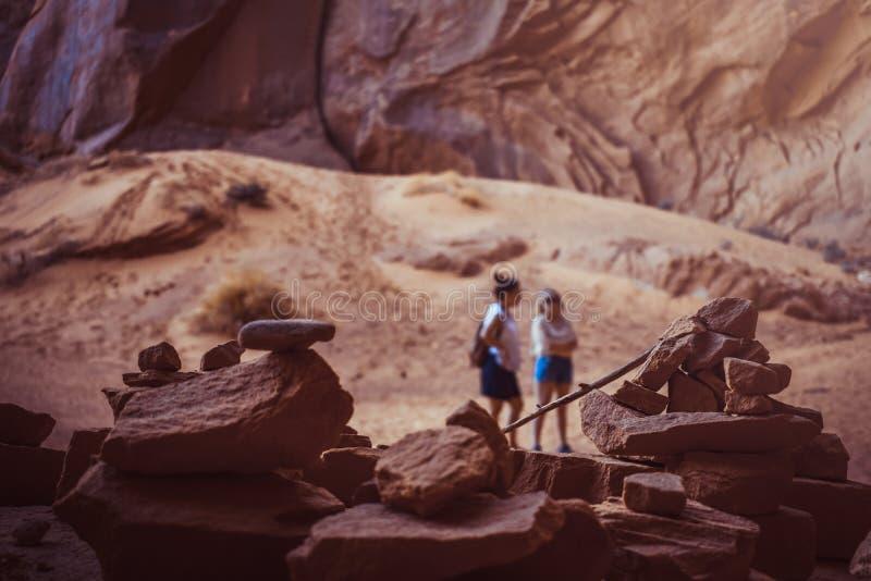 Zen ostrosłup Zrównoważeni kamienie przy piaskowiec pustynią Pustynny pokojowy krajobrazowy widok zdjęcie stock