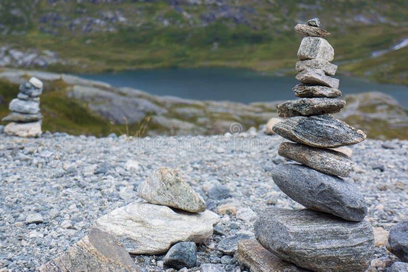 Zen, pirámide de las piedras, Trollstigen imagenes de archivo
