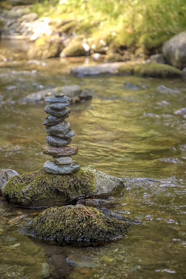 Zen równoważenia otoczaki od rzeka kamieni sterty obrazy stock
