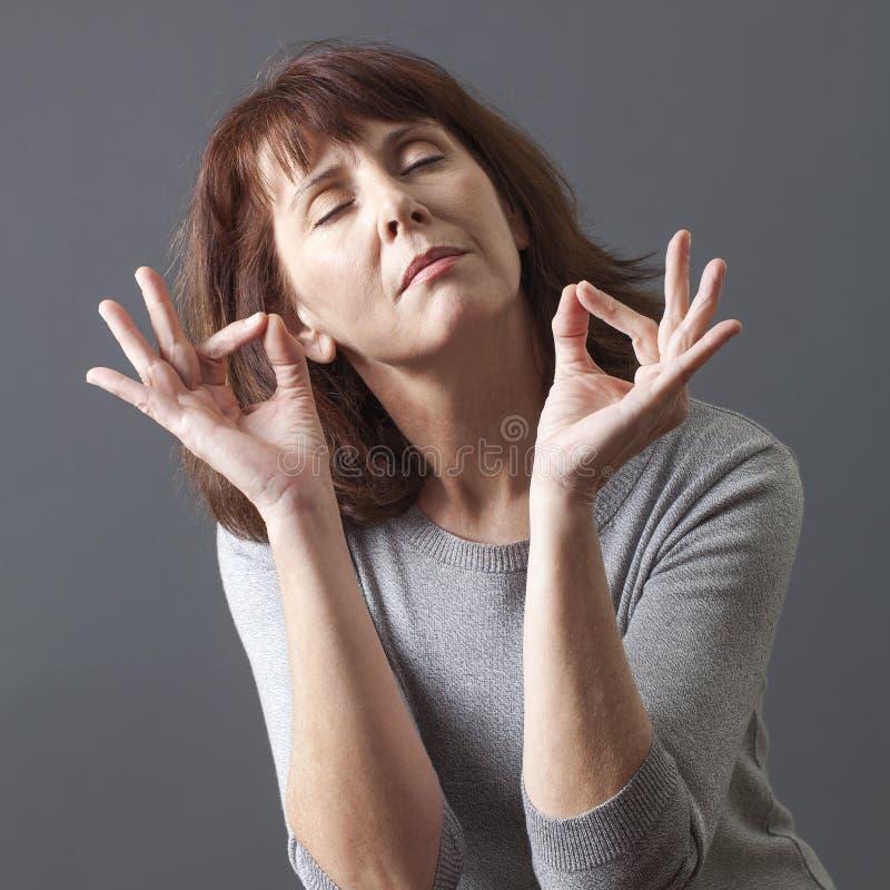 Zen relaks dla medytować 50s wspaniałej kobiety zdjęcie stock