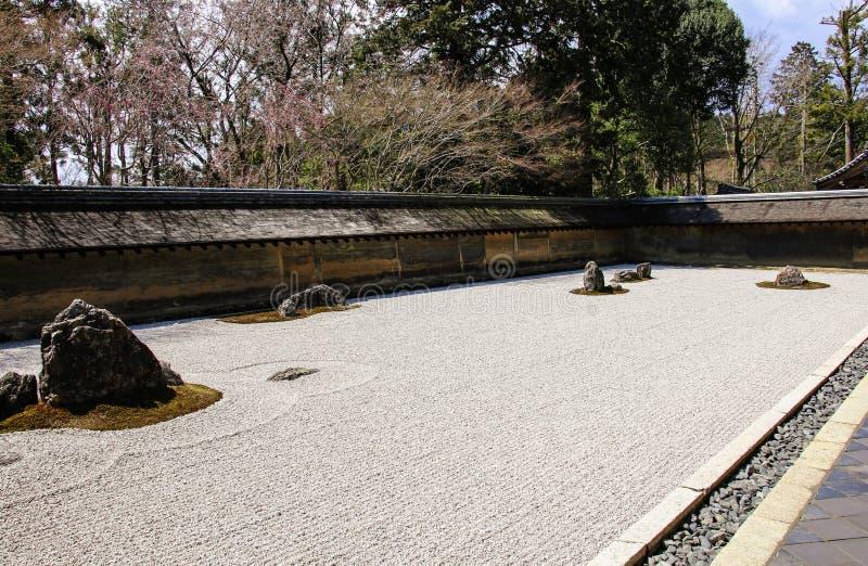 Zen Rock Garden in Ryoanji-Tempel in de lente, Kyoto, Japan stock foto's