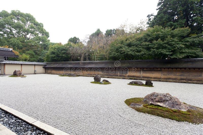 Zen Rockowy ogród w Ryoanji świątyni. fotografia royalty free