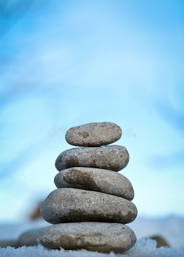 Zen spa stenen met blauwe hemel royalty-vrije stock afbeelding