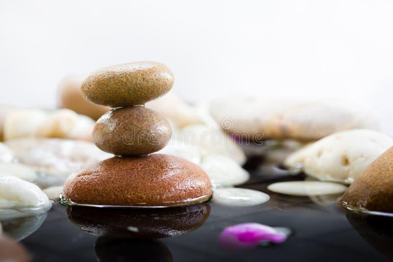 Zen Stones a empilé avec la réflexion de l'eau images libres de droits