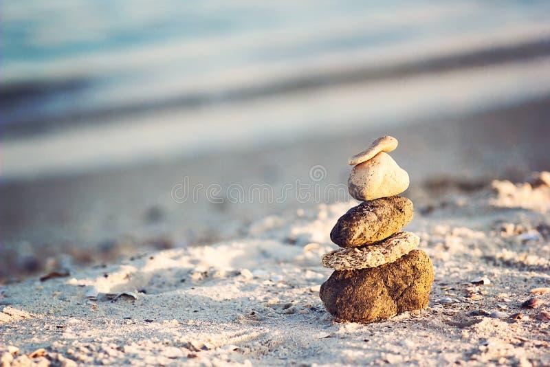 Zen Stones op strand voor perfecte meditatie De rust zen mediteert achtergrond die met rotspiramide op zandstrand stabiliteit, Ha stock foto