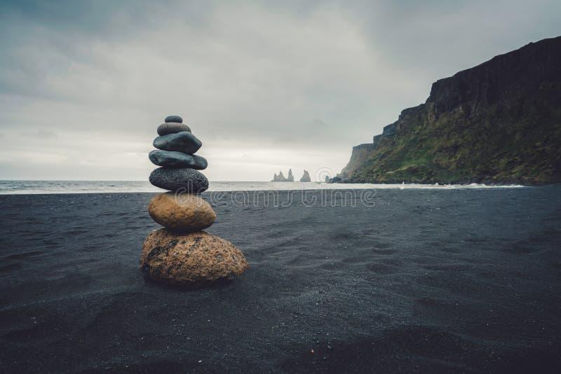 Zen Stones sulla spiaggia di sabbia della lava immagini stock
