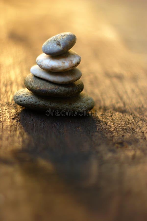 Zen Stones On Wood Background fotografie stock libere da diritti