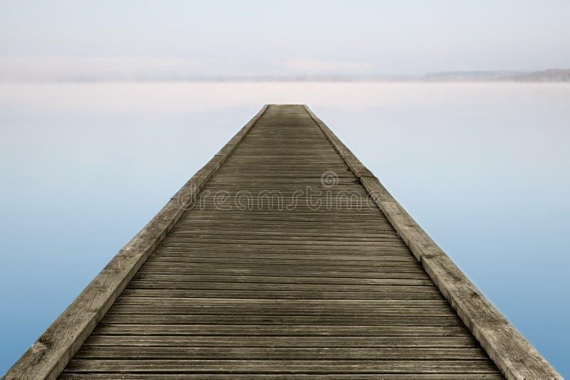 Zenanlegestelle auf nebeligem See stockfoto