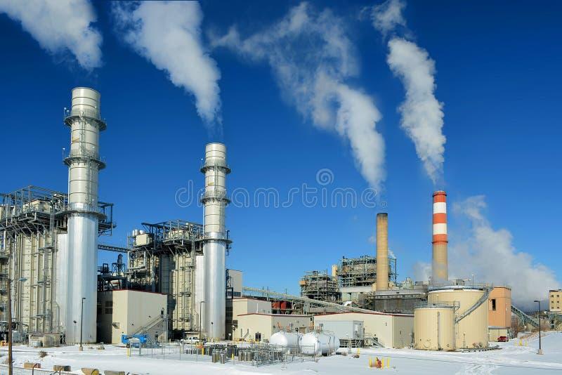 Zenden de de Elektrische centraleschoorstenen van de steenkool Fossiele Brandstof Kooldioxideverontreiniging op een Koude Sneeuwd royalty-vrije stock afbeeldingen