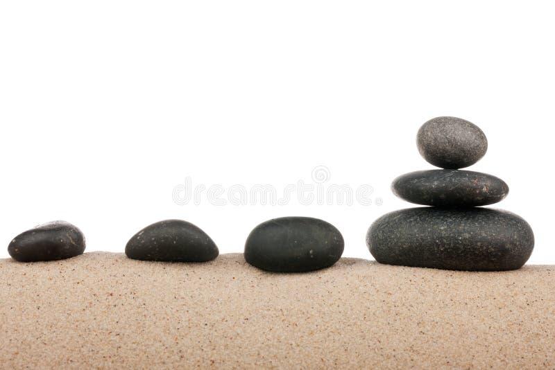 Zenen stenar pyramiden på sandstranden, meditationen, koncentration, avkoppling, harmoni, jämvikt royaltyfri fotografi