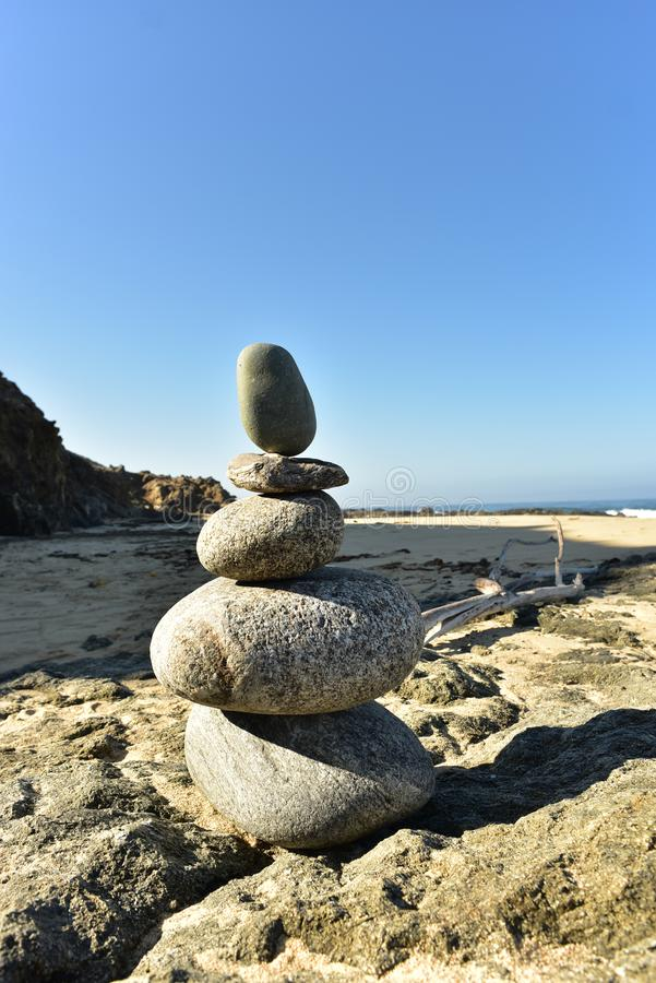 Zenen vaggar bunten på Stilla havetkust med vågor på kust royaltyfri bild