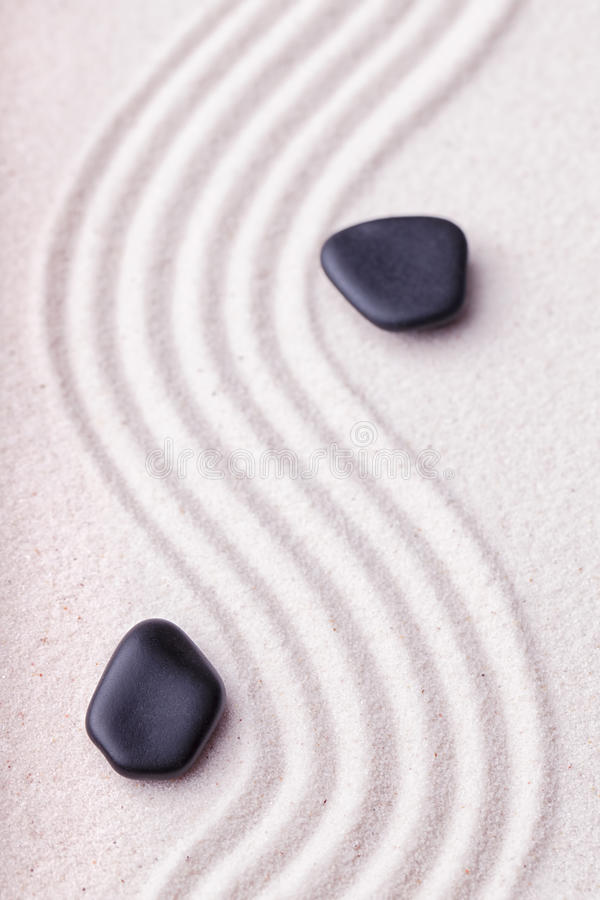 Zengarten mit einer Welle zeichnet im Sand mit entspannendem schwarzem sto stockfotografie