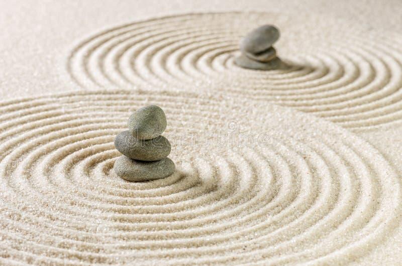 Zengarten mit Staplungssteinen und Sand mit Kreisen stockfotografie