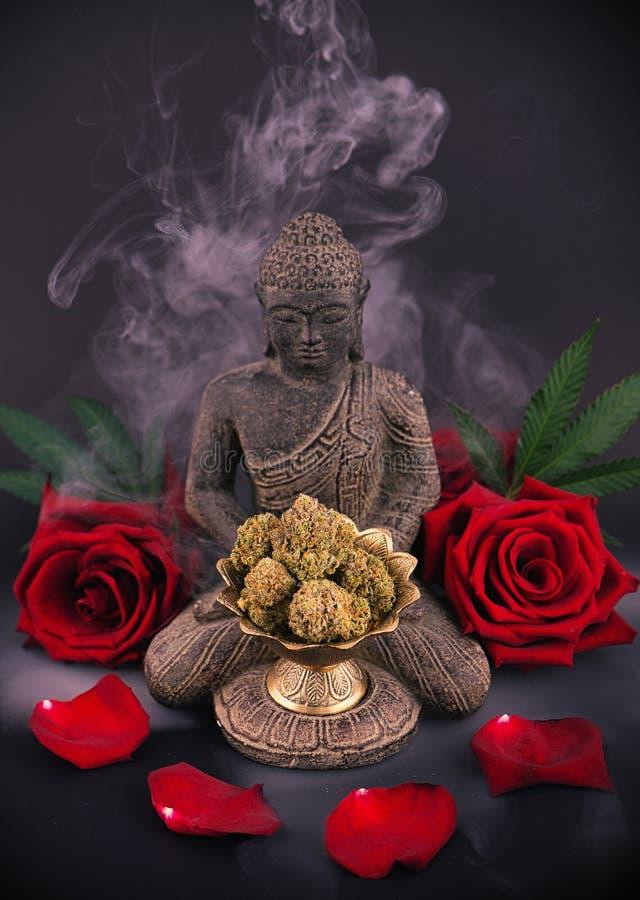 Zenhintergrund mit Rosen und Hanf knospt - medizinisches Marihuana stockfoto