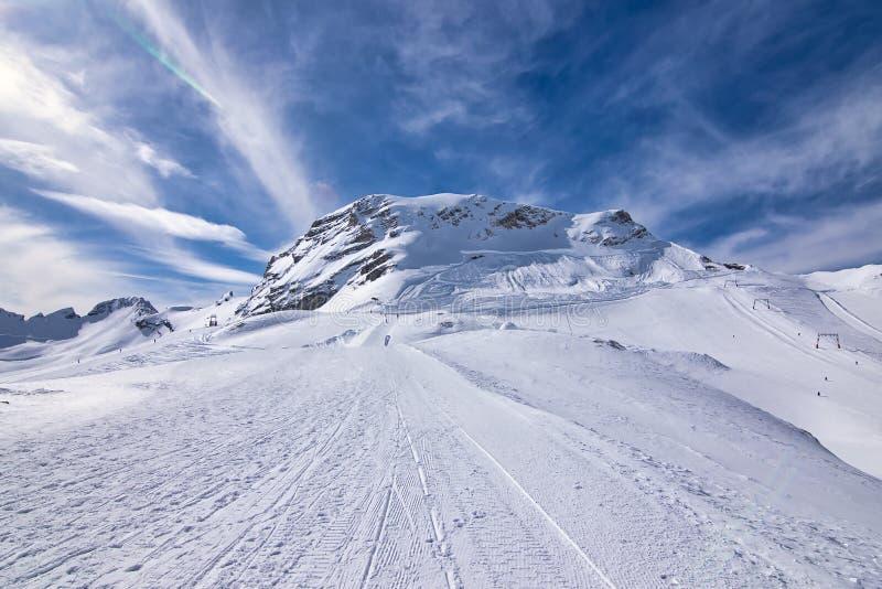 Zenit von Position Schneegebirgsoberteilen und -ansicht von den Bergalpen Ein Platz oder eine Steigung für das Ski fahren stockbilder