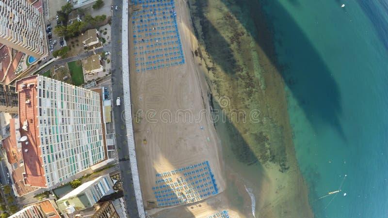 Zenitowy widok tropikalny hotel żółtą plażą błękitnym watem i obrazy royalty free
