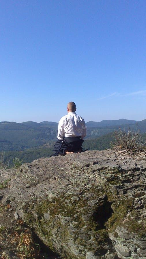 Zenmeditatie op de bovenkant van de berg royalty-vrije stock foto's
