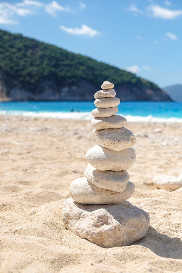 Zenrotsen op een strand in Griekenland stock foto's