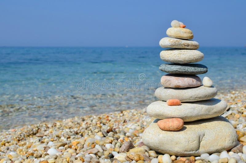 Zensteine auf einem Strand stockbild