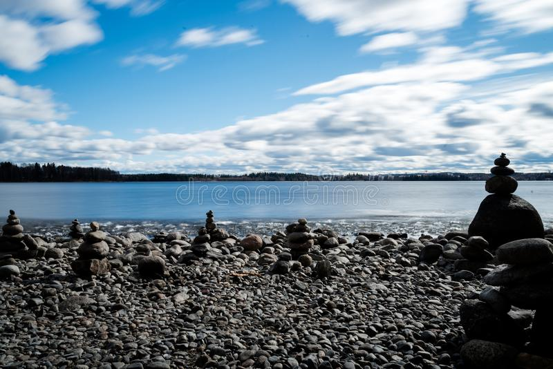 Zensteine an lakeshore lizenzfreies stockbild