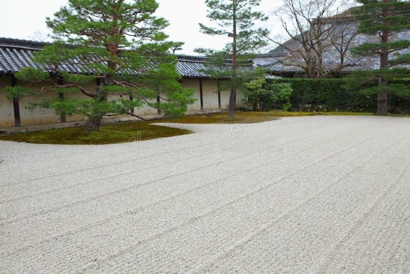 Zensteingarten im japanischen Tempel stockbilder