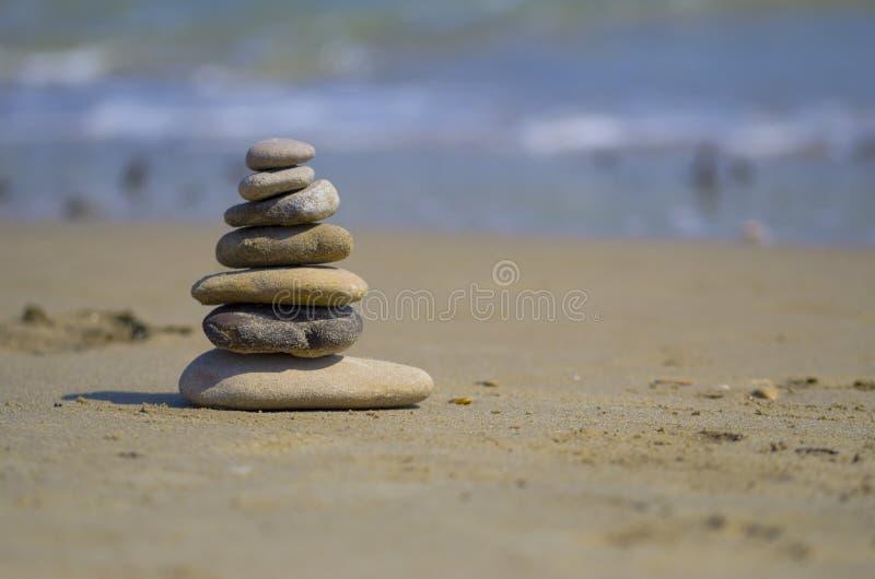 Zenstenar som balanseras på stranden arkivfoto