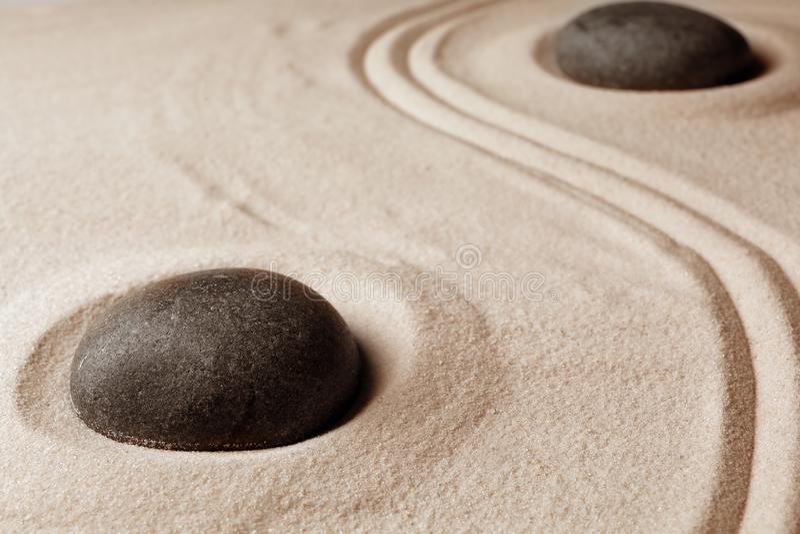 Zenträdgårdstenar på sand med modellen fotografering för bildbyråer