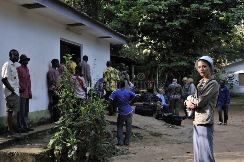 ZENTRALAFRIKA-DSCHUNGEL, DER KONGO, AFRIKA - 30. OKTOBER 2008: Schönes Mädchen mit Gruppe Touristen in Bomasss Lager auf dem Sang lizenzfreie stockfotografie