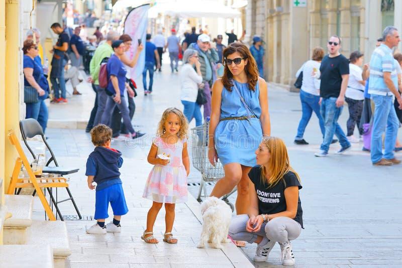 Zentrale Kapodistriou-Straße in Korfu im Oktober voll von den Einheimischen, weil die Sommersaison ein Ende findet lizenzfreie stockfotos