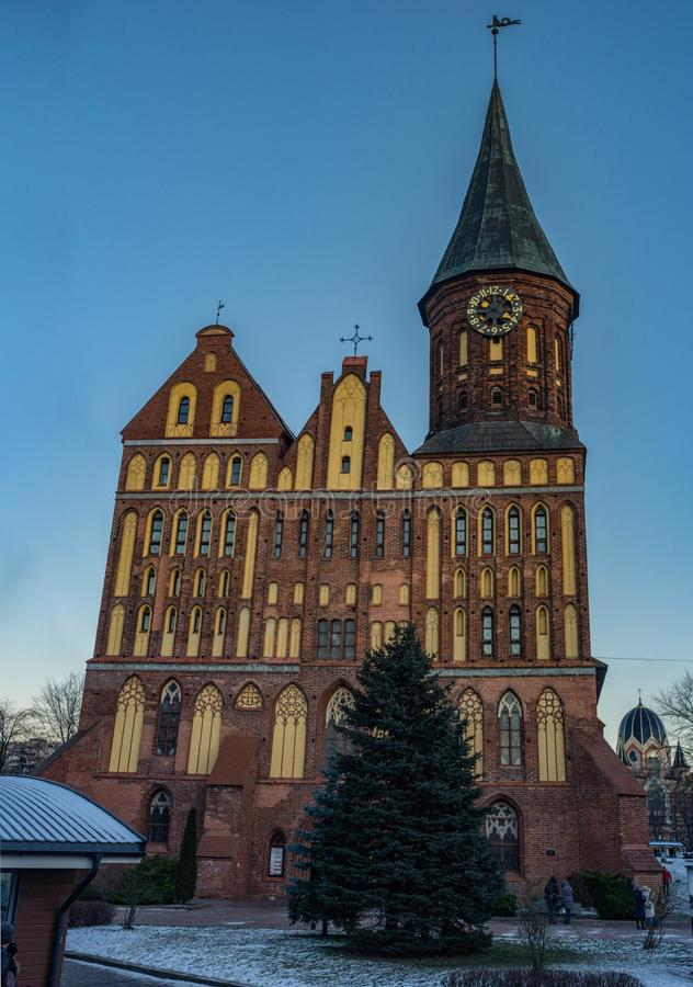 Zentrale Kathedrale Kaliningrads/Konigsberg im Sonnenuntergang stockfotos