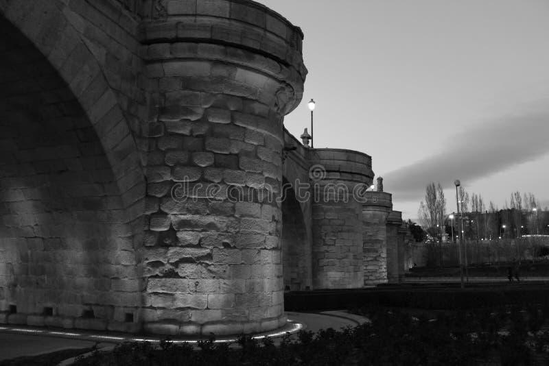 Zentrale Steinbrücke von Madrid stockbilder