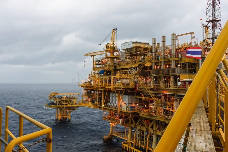 Zentrale Verarbeitungsplattform des Öls und des Gases und Fernplattform Pro lizenzfreie stockfotografie