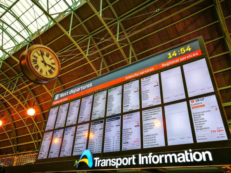 Zentraler Bahnhof in dem Transportinformationsbüro, das Zeitplan auf dem Schirm zeigt stockbild