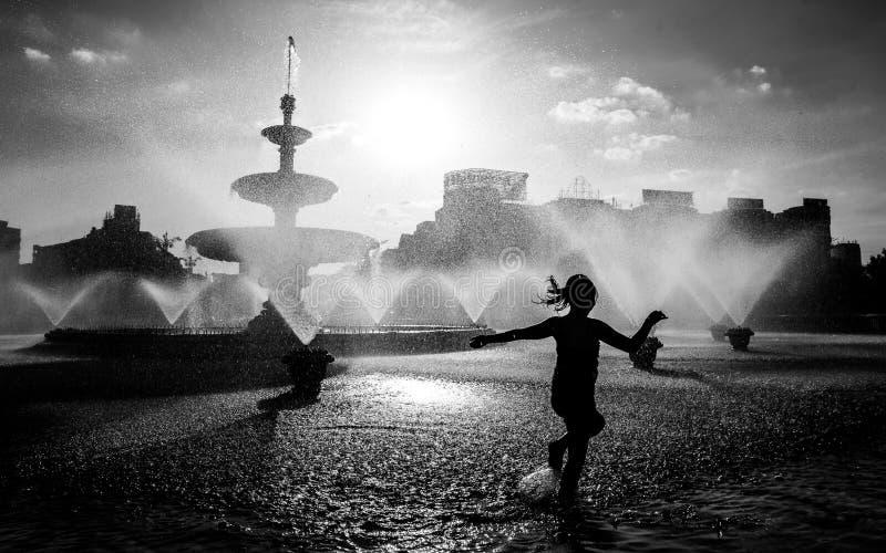 Zentraler Brunnen Bukarests an einem heißen Sommertag stockbild