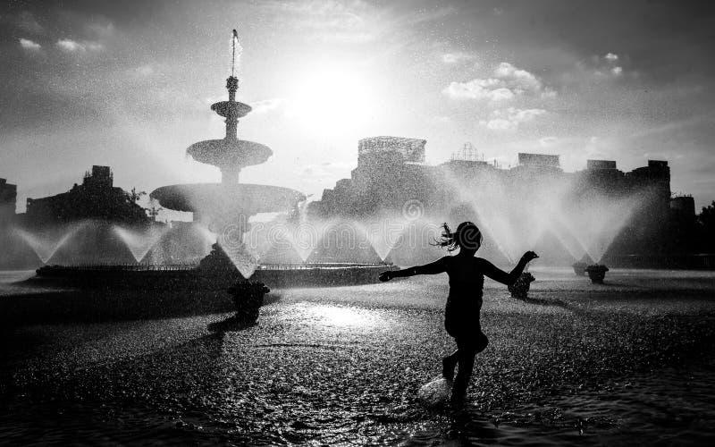 Zentraler Brunnen Bukarests an einem heißen Sommertag mit den Kindern, die Spaß haben stockfoto