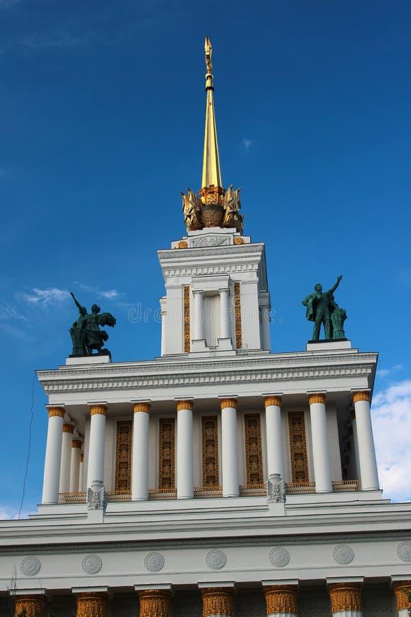 Zentraler Pavillon von VDNKh an der Ausstellung von Leistungen der Volkswirtschaft in Moskau, Russland stockfotos
