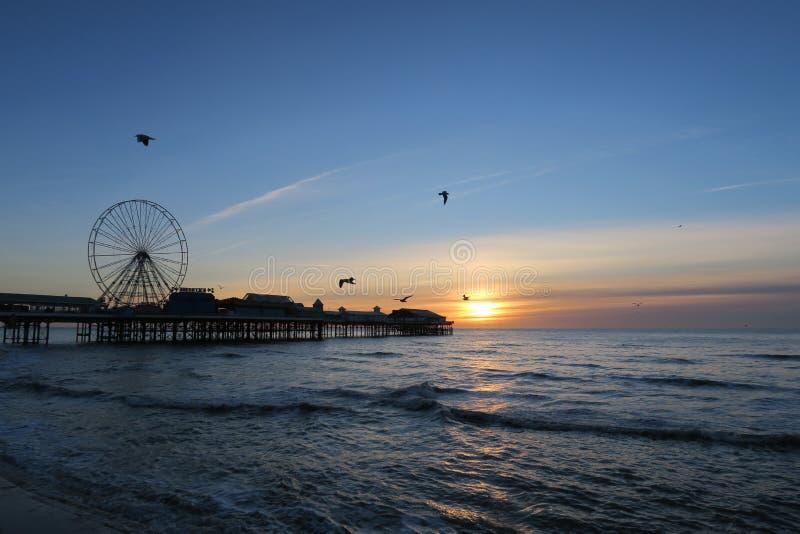 Zentraler Pier Blackpools, Sonnenuntergang stockbilder